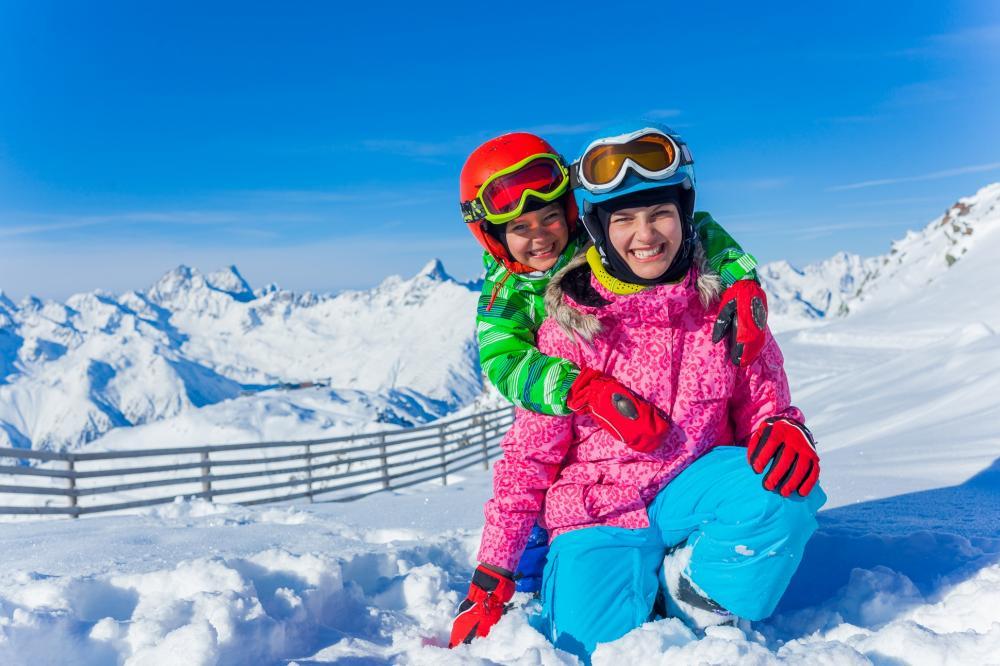 Skigebiete: Zwei Kinder im Schnee
