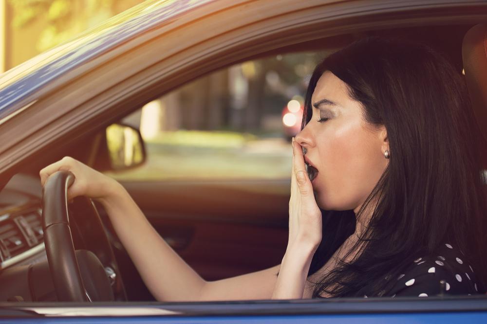 Frau - Auto - Müde - Gähnt