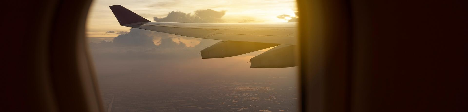 Flugzeug-Sonnenuntergang_GI-959427956.jpg