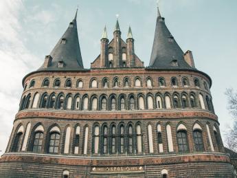 8561+Deutschland+Schleswig-Holstein+Lübeck+Museum_Holstentor+GI-619324218