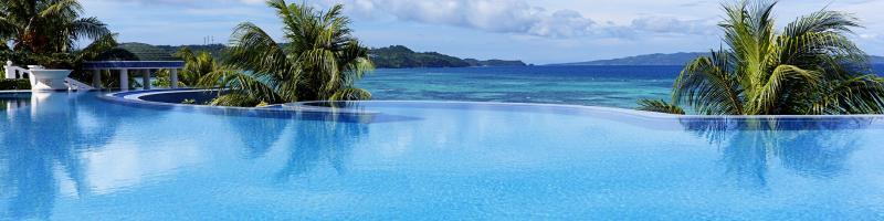 Titelbild Entspannung und Badespaß: 10 Hotels, die mit tollen Pools und Meer glänzen